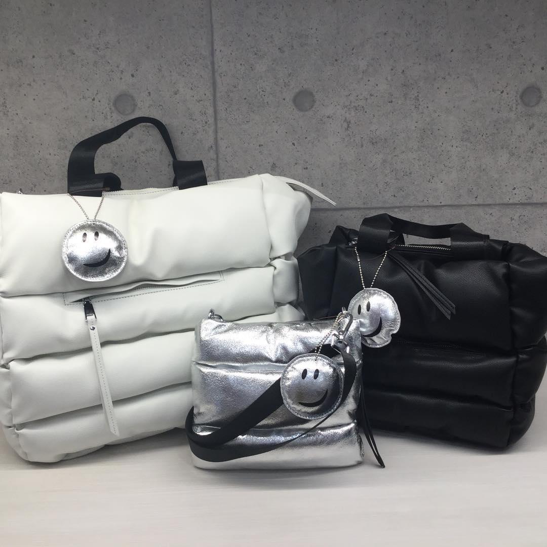 BON BON 新作入荷しました。ココロ弾ませるバッグたち3型(トート大¥10000+税、トート小¥8900+税、ショルダー¥6300+税)3色(ブラック、シルバー、ホワイト)#スマイル #新作 #モコモコ #フワフワ #バック #サックスバー
