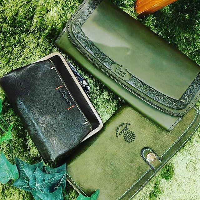 今週の6/20(土)はお財布の使い始めに縁起が良いラッキーデー、天赦日です☆★ 新しいお財布の準備はお済みでしょうか?? お財布の新調には今年の風水ラッキーカラー、 「緑」のお財布がオススメです♪緑は心をリラックスさせ、癒やしを与えてくれます(*˘︶˘*).。.:*♡ コツコツお金が貯まり、出ていったお金が戻ってくるという実は金運にも良いカラーなんです☆★ 当店には各種種類豊富な緑のお財布をご用意致しておりますよ♡是非店頭にてご覧下さいませ!皆様のご来店、スタッフ一同心よりお待ち申し上げております! **Dakotaラウンドファスナー長財布 ¥16,500+税(マスタード/ブラウン/レッド/グリーン)被せ長財布(マスタード/ピンク/オレンジ/グリーン)¥16,500+税二つ折りがま口財布¥15,000+税(マスタード/オレンジ/グリーン)#sacsbar #sacsbarjean #atre #atrekawagoe #サックスバー #サックスバージーン #アトレ川越 #アトレマルヒロ #天赦日 #緑のお財布 #風水ラッキーカラー #dakota #がま口財布 #おしゃれさんと繋がりたい #お洒落さんと繋がりたい