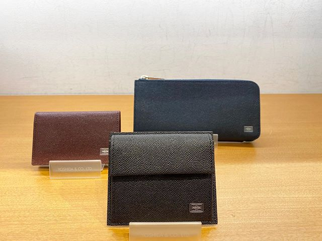 本日は父の日のプレゼントにお勧めしたいお財布のご紹介ですPORTER ABLE表革はイタリア輸入革で、ベースとなる色で染色してから深めのエンボス加工(型押し)を施し、さらに凸面のみ艶を上げる工程を加えることで色味に奥行きを出し、品のある雰囲気にしています。お財布、キーケース、名刺入れなど種類も色々あります!是非ご来店お待ちしております^_^#porter #父の日 #長財布#コインケース#名刺入れ#二つ折り財布 #黒#紺#エンジ#革財布 #泉南イオン#バージョニー