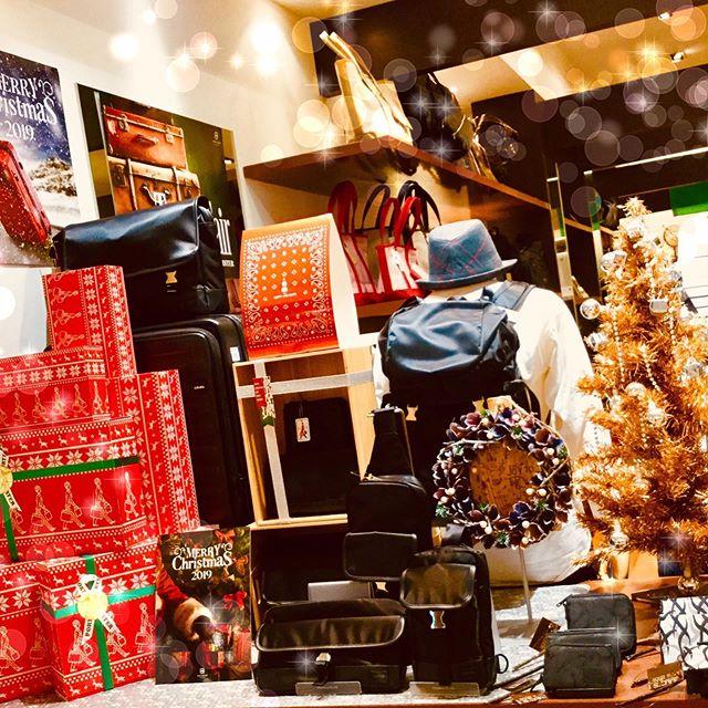 早いものでもう2019年もあとわずかですね!サックスバーおおたかの森店ではクリスマスプレゼントに最適なメンズ、レディースバッグや財布など豊富に取り揃えておりますクリスマスラッピングも送料も無料!!ぜひお気軽にスタッフまで🏻#流山おおたかの森 #流山おおたかの森sc #サックスバー #sacsbar #吉田カバン  #ポーター #クリスマス #プレゼント #メンズバッグ #メンズ財布