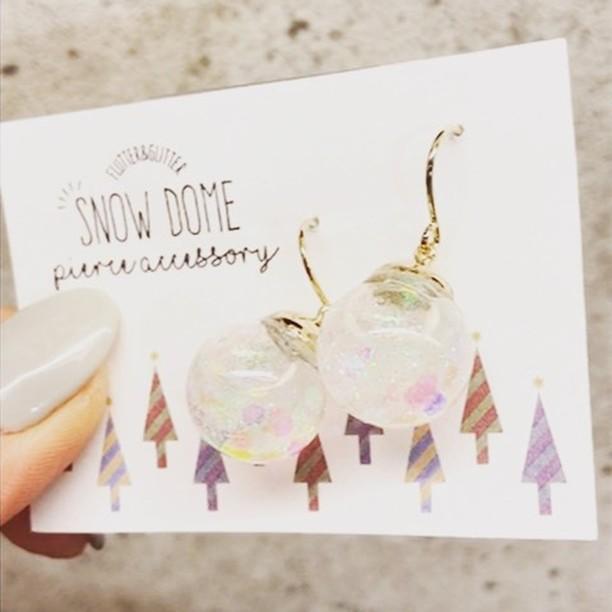 snowdomeピアス.こんにちは🙂乙女心をくすぐる素敵なピアスが入荷しました️.揺れると 中の液体とホロがゆらゆらキラキラしてとてもかわいいです.snowdomeピアス¥2300+tax.その他にも クリスマスシーズンにぴったりな鞄やアクセサリーも多数入荷していますご来店心よりお待ちしております️.#ラパックスワールド#lapax#lapaxworld#ラパックス#サックスバー#sacsbar#鞄#鞄屋#小郡の鞄屋#アクセサリー#accessory###accessoryshop#bagshop#セレクトショップ#クリスマスシーズン#クリスマス#ピアス#pierce#スノードーム#snowdome###gift#プレゼント##l4l#ファッション#fashion