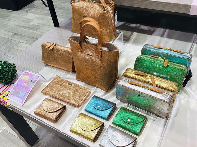。。BAGGY'S ANNEX。牛革の表面にラミネートを貼りひび割れ加工をしたヴィンテージ感を味わえる商品。トートバッグ、長財布、ミニ財布etc...。普段のファッションに取り入れて華やかに#BAGGY#ANNEX#大分#わさだタウン#わったん#サックスバー#バッグ#財布#ヴィンテージ#キラキラ#カラフル#革#夏#おしゃれ#映え#母の日#プレゼント