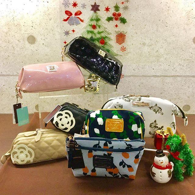 いよいよクリスマスが近づいてきましたクリスマスプレゼントはお決まりですか?当店では財布やバッグのみならず、ポーチも置いております。花柄からシンプルなものまで揃っております。お気軽にお越しくださいませ#クリスマス#プレゼント#クリスマスプレゼント#ポーチ#コフレ#バッグ#財布#高知#フジグラン