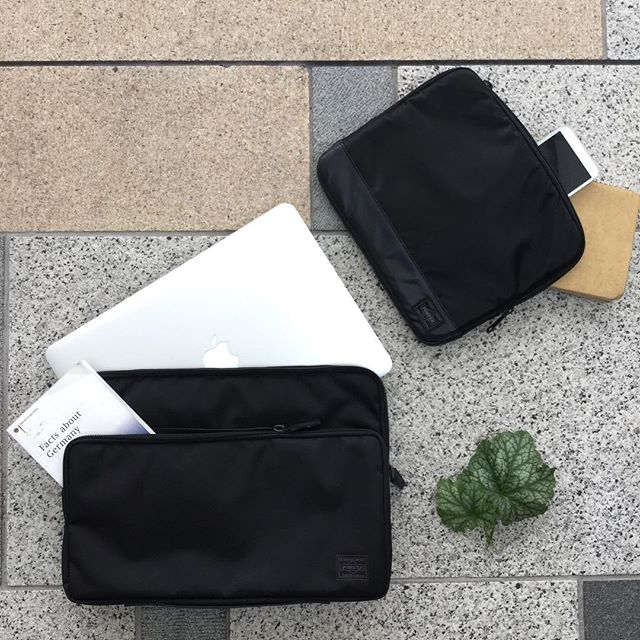HI there . Today , I will introduce the document case . Yoshida bag is the leading bag brand in Japan.This case is of course made in Japan.How about souvenirs?We also have the size which is perfect for 13inch PC. こんにちは。本日は、パソコンやスマートフォンなどの鞄内部での収納に役立つドキュメントケースをご紹介します。ポーチのような小さめなものから、13インチのパソコンがジャストで入るようなサイズ感まで、幅広くデザインが揃っています。かっこいいケースがあると、仕事も捗りそう☆是非一度サックスバー東京駅店でご覧くださいませ。#八重洲#吉田カバン#Apple#Mac #macbook #macbookpro #macbookair13 #macbookair #東京駅 #サックスバー #吉田カバン #PORTER #ポーター #ドキュメントケース #収納術 #スマホ #ガジェット