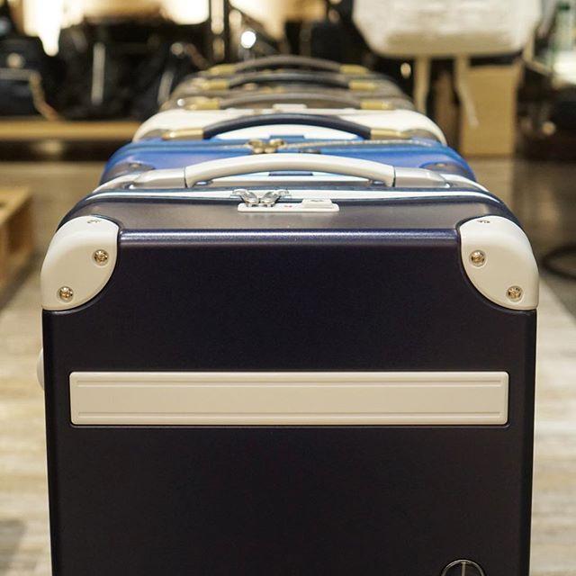 こんばんは!サックスバー上小田井店の酒井です!本日は人気のスーツケース『PEACE×Passenger』をご紹介!!トランク風のデザインで、、、軽くてかわいいスーツケースです!!ただしポップでかわいいだけではないんです!キャスターは日乃本製グリスパックキャスターを使用しているのでスムーズで安定した走行が保て、ボディーはポリカーボネイトフィルム+ポリプロピレンコーナーパッドにより強度、軽量性にも優れております!カラーバリエーションも豊富なので是非店頭でお試しくださいませ!! #mozo #sacsbar #スーツケース#キャリーバッグ #旅行#機内持ち込み #かわいい#オシャレ#サックスバー#鞄#mozoワンダーシティ