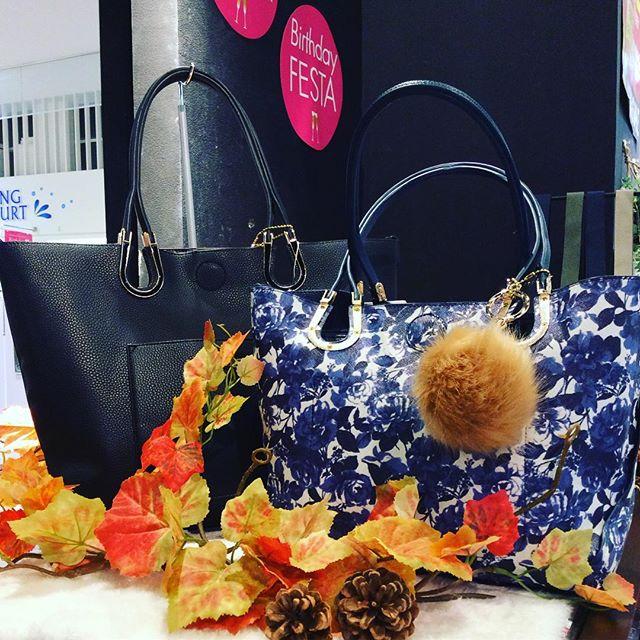 .LIP SERVICE.馬蹄親子バックのご紹介です 。・¥6900+tax ・¥7900+tax .ブラック、ホワイト、ネイビー、ベージュ、ピンク の 5色展開 です.●内側の綺麗な花柄を表側にできるリバーシブル!●付属のポーチをバッグインバッグとしてもご利用頂けます!●トートバッグやポーチに付属のひもをつけてショルダーバッグにもできます!. アクアウォーク9周年祭 お得がいっぱいです!ご来店 お待ち しております♩.#LIPSERVICE#リップサービス#親子バッグ#馬蹄#リバーシブル#花柄#アクアウォーク#アクア#9周年#SALE